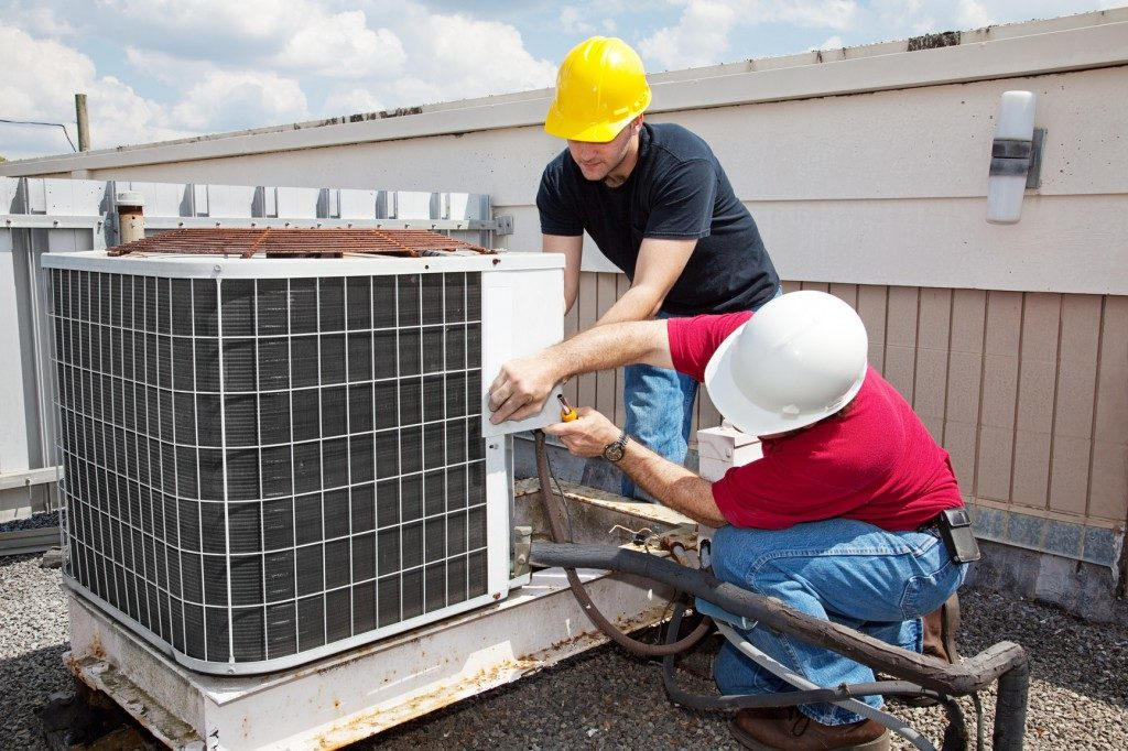 photodune-466095-industrial-air-conditioning-repair-m-1024x682